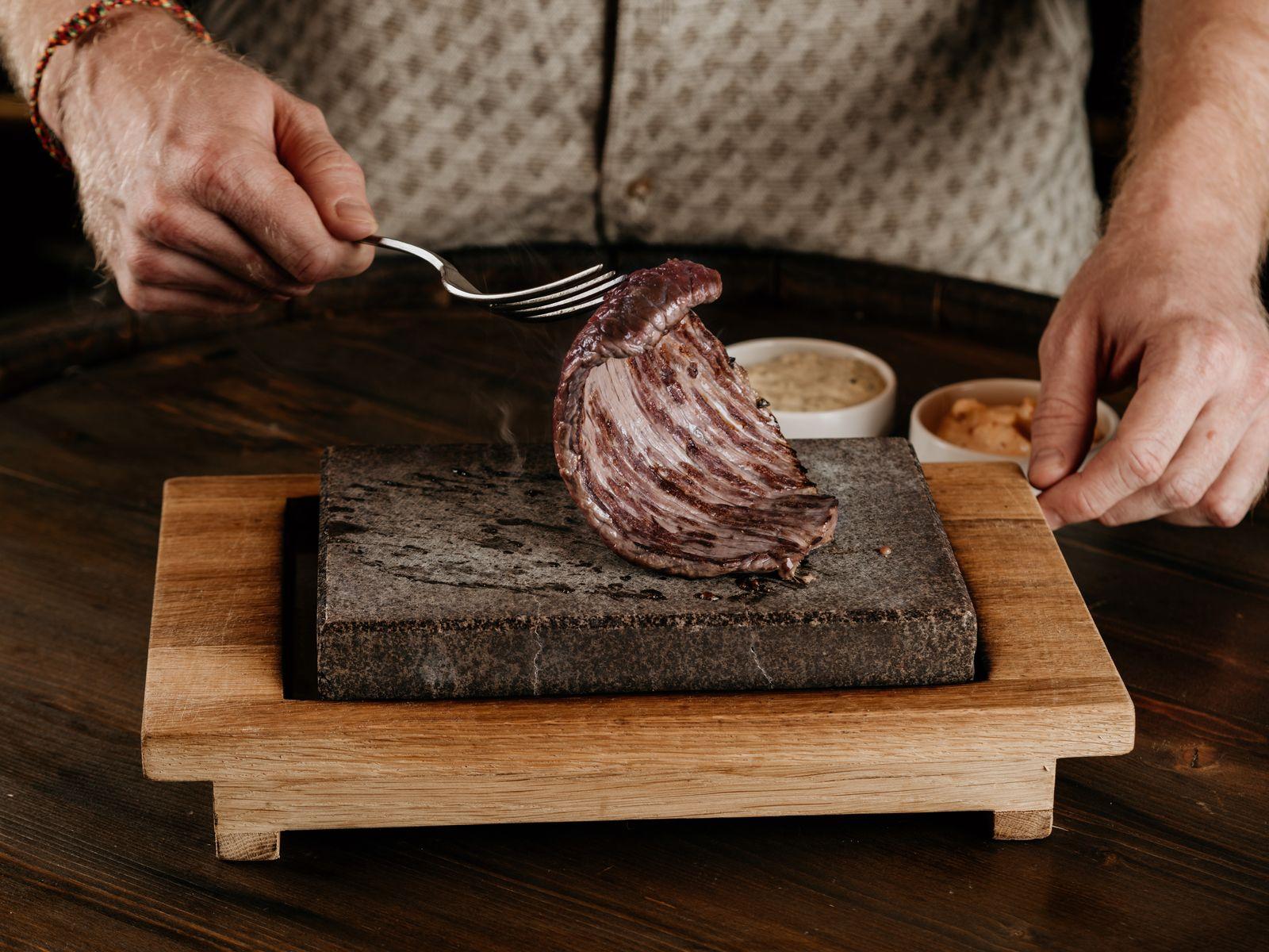 мясо на вулканическом камне, каменный гриль, лавовый камень, камень для жарки, Stonegrill