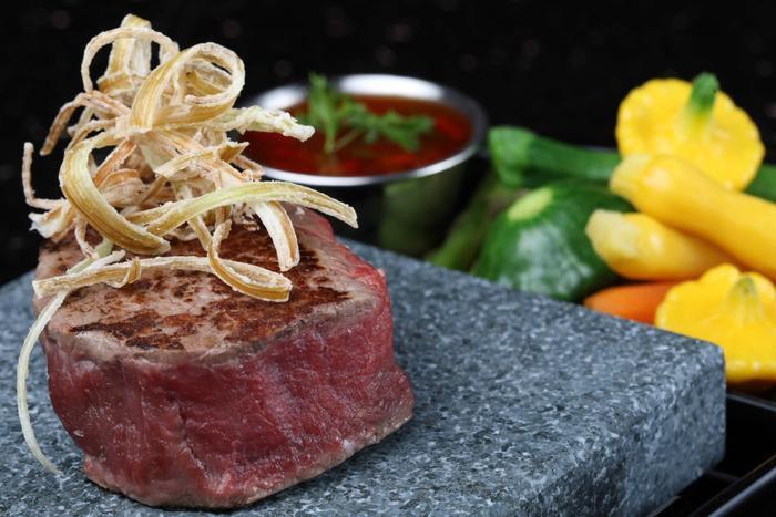 Актуальная новинка в ресторане 400Grad ! Ваш праздничный ужин будет теперь не только вкусным, но и наполнен яркими впечатлениями. Мы предлагаем вам приготовление аппетитных и вкусных блюд на вулканических камнях 400Град
